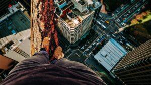 Equilíbrio - desafio de andar sobre um tronco em uma altura de um prédio