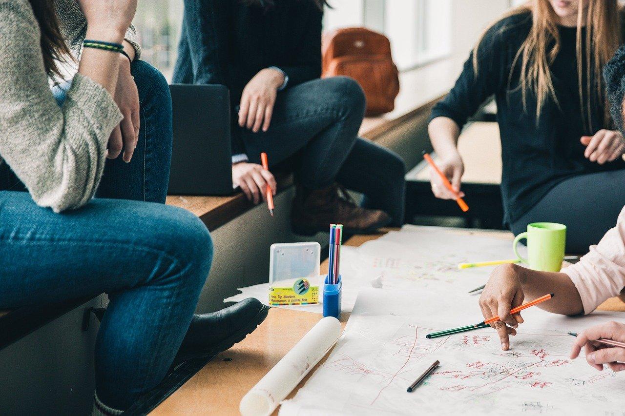 reunião de negócios - brainstorming para criação de logotipo
